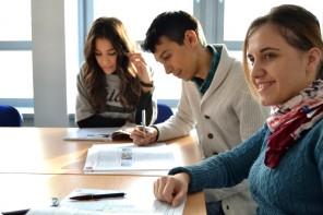 Tre studerande elever