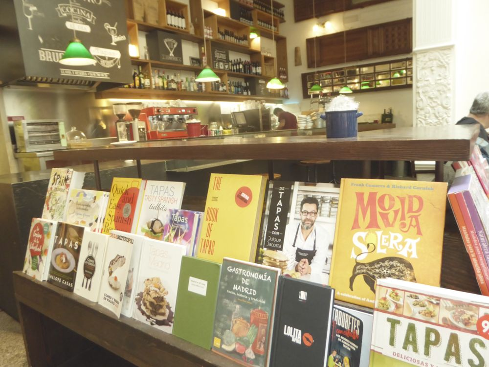 Mysig bokhandel och café-bistro vid Callao